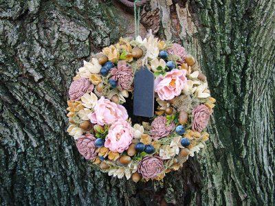 Őszi ajtódísz selyemvirággal, krém és natúr termésekkel