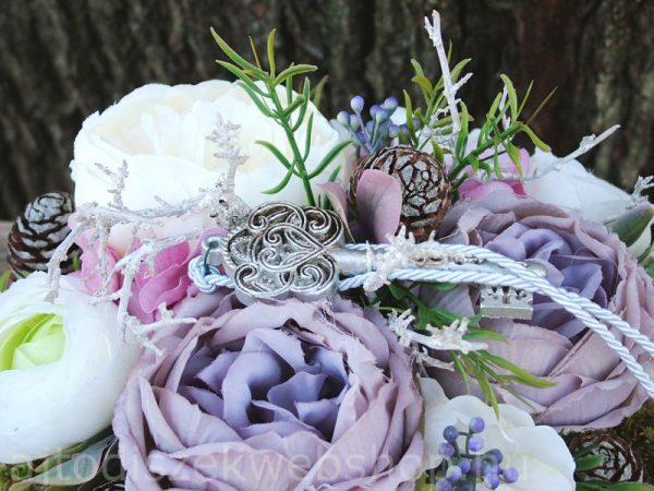Selyemvirágos tavaszi asztaldísz kulccsal