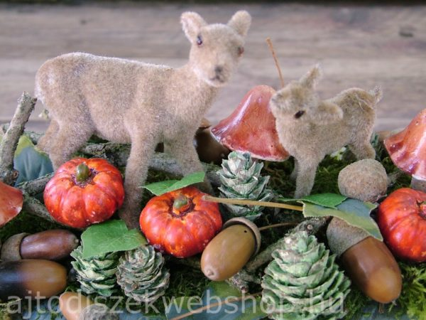 Őszi asztaldísz őzikékkel és termésekkel